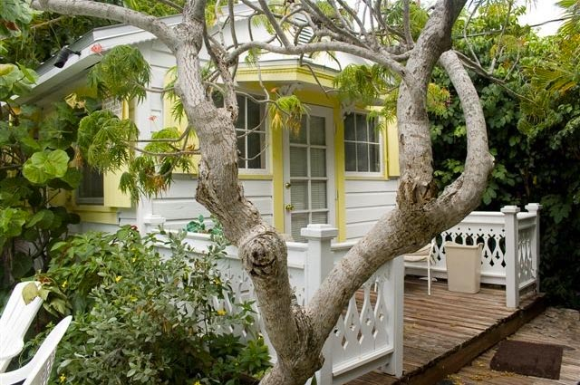 One bedroom cottage located downtown in the historic district.